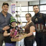 Capitán América visita a niños enfermos junto a Chris Pratt