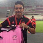 Marcelo Gallardo posa con camiseta de Pacífico FC