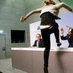 Bruselas: mujer se sube a escritorio del presidente del Banco Central Europeo