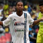Ronaldinho hizo dos goles y es ovacionado por la hinchada rival (VIDEO)