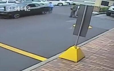 YouTube muestra cómo una mujer de 85 años resulta gravemente herida, luego de que un auto retrocediera de manera imprudente empujándola en el estacionamiento de un 'fast food'.