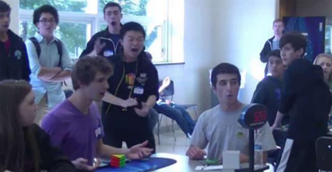YouTube muestra hoy al adolescente estadounidense Collins Burns resolver un cubo de Rubik (3x3) en apenas 5,253 segundos batiendo de esta manera el récord mundial.