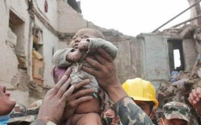 KATMANDÚ/NEPAL.- Un bebé, de apenas 4 meses, sobrevivió solo más de 22 horas bajo los escombros de un edificio que se desplomó después del devastador terremoto del sábado pasado en Bhaktapur, ciudad ubicada en el Valle de Katmandú, informa el diario Kathmandu Today.