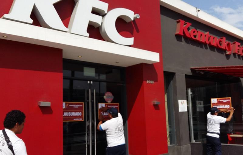 KFC: clausuran local de La Victoria por tener basura en la cocina.
