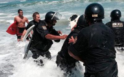 Policías que resguardaban la colocación de piedras en la playa La Pampilla dispuesta por la Municipalidad de Lima, sacaron a la fuerza a bañistas y tablistas que se resistían a la medida en la zona.