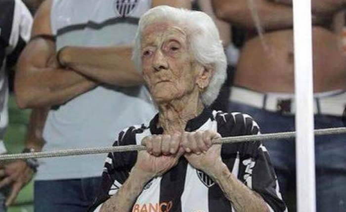"""En Facebook la conocen como """"La abuela gallo"""". Se trata de Ana Candida de Oliveira Marques, quien a sus 94 años alienta con toda pasión a su amado Atlético Mineiro, en Brasil."""