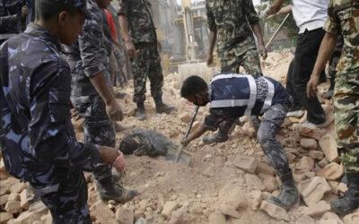 KATMANDÚ.- La cifra de muertos por el terremoto de 7,9 grados en la escala Richter en Nepal se incrementó a 1.457, informó en Twitter el ministro nepalí de Finanzas, Ram Sharan Mahat, de acuerdo con fuentes del Ejército.