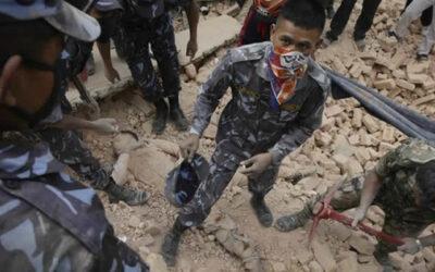 A 24 horas del devastador terremoto en Nepal, la cifra de fallecidos supera los 2 mil. La mayor parte de las víctimas se han registrado en el valle central de Nepal, donde se ubica la capital Katmandú.