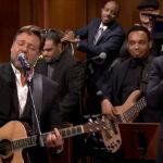 Russell Crowe y Jimmy Fallon cantaron por el Día de la Tierra
