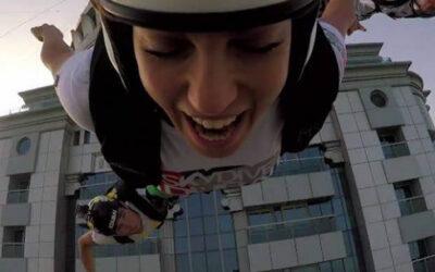 YouTube muestra a un grupo de paracaidistas de SkydiveDubai practicando salto BASE desde la Princess Tower. Este es el edificio más alto de la ciudad de Dubái, en Emiratos Árabes Unidos, con 413,4 metros y 101 pisos.