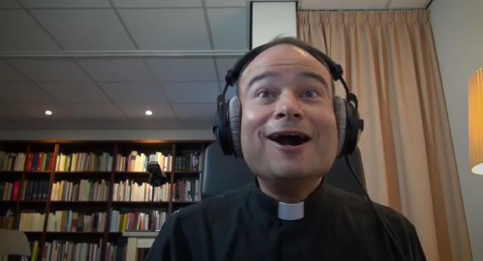 """En YouTube un sacerdote reacciona de manera efusiva viendo el tráiler """"The Force Awakens"""", la sétima entrega de Star Wars que se estrenará en diciembre."""