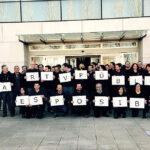 Trabajadores de televisora se visten de negro como protesta