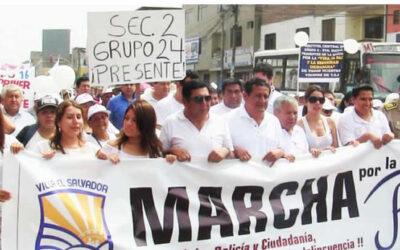 """Miles de vecinos de todas las edades, integrantes de organizaciones sociales de base, juntas vecinales, autoridades diversas de Villa El Salvador, participaron hoy domingo de la """"Marcha por la Paz"""", en este distrito."""