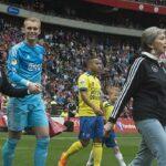 Jugadores del Ajax salieron al campo junto a sus madres