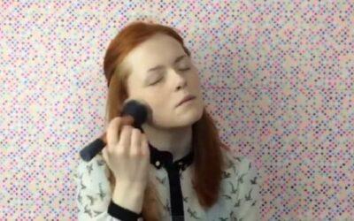 YouTube muestra a la videoblogger Lily Edwards, quien causa sensación debido a que se maquilla con el tacto y no con la vista