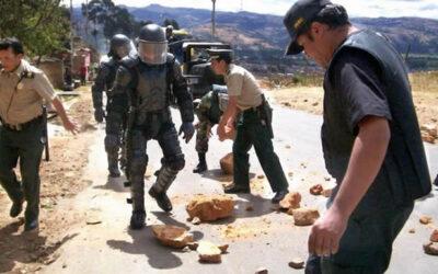 El Gobierno lamentó este sábado el fallecimiento del brigadier Alberto Vásquez Durand (51), atacado por un grupo de manifestantes opositores al proyecto Tía María, al intentar restablecer el tránsito en una vía.