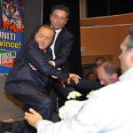 Italia: Berlusconi reaparece en un mitin y sufre aparatosa caída
