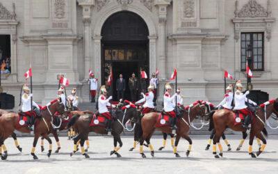 El ministro del Interior, José Luis Pérez Guadalupe, encabezó al medio día de este domingo el tradicional Cambio de Guardia Montada, uno de los atractivos turísticos más importantes de Lima.
