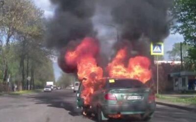 YouTube muestra hoy cómo una mujer incendia su vehículo al intentar prender un cigarrillo sin darse cuenta de que su vehículo tenía una fuga de gas.