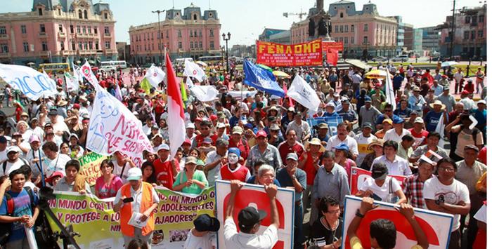 Miembros de organizaciones sindicales afiliadas a la Confederación General de Trabajadores del Perú (CGTP) marcharon este 1 de mayo con motivo del Día Internacional del Trabajo.