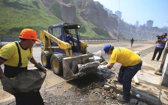 Luego de unas horas, quedó reabierto el tránsito vehicular de norte a sur en la Costa Verde, luego de que personal de la Municipalidad de Lima concluyera los trabajos de limpieza y recojo de piedras a consecuencia del fuerte oleaje en el litoral peruano.