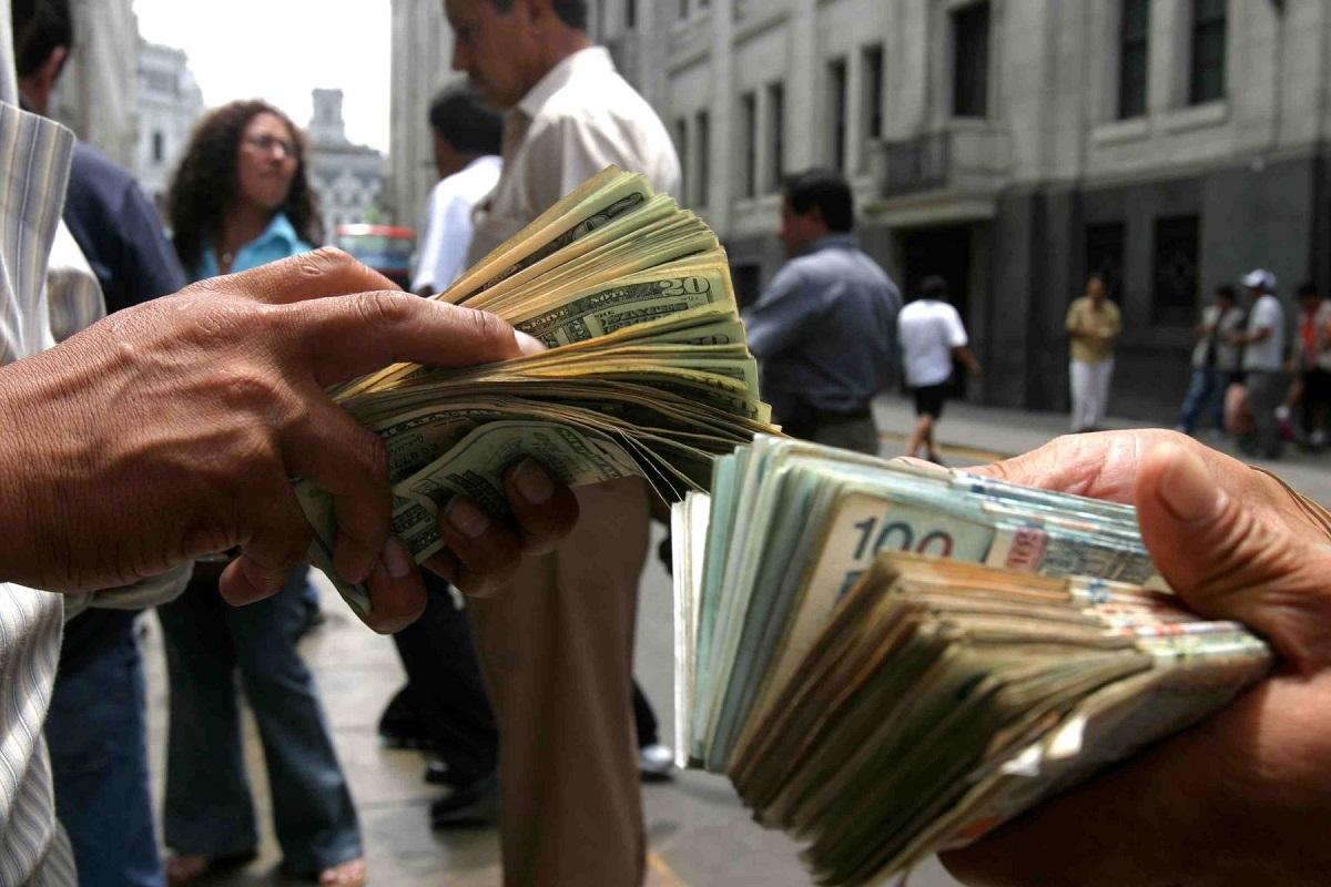 El economista Javier Zúñiga, adelantó hoy que el precio del dólar estaría menos volátil en mayo manteniéndose cerca de los 3.15 soles por buen tiempo, tras la rápida subida en los primeros meses del 2015.