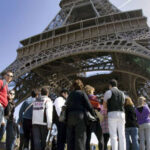 Francia: Torre Eiffel reabre al público tras protesta por robos