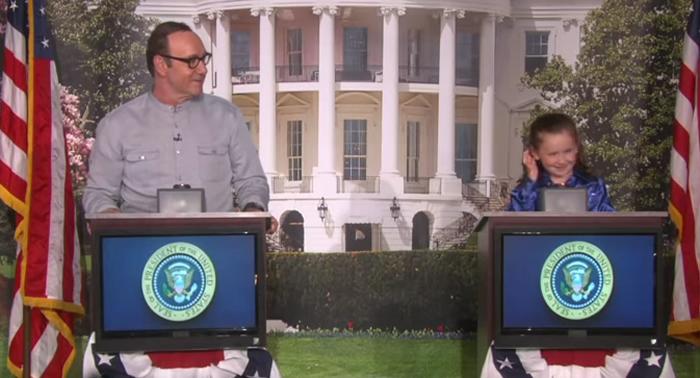 YouTube muestra a Kevin Spacey quedando muy parado frente a una niña de cinco años que le formula diversas preguntas sobre política estadounidense en el programa de Ellen DeGeneres.