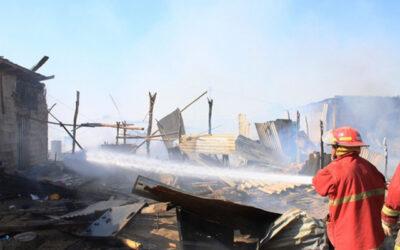 Bomberos voluntarios controlaron tres incendios que la mañana de este martes ocurrieron en diversas zonas de la capital, uno en el Centro de Lima, un segundo en el Callao y el tercero en Villa El Salvador.