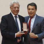 Vargas Llosa recibe Medalla de Oro de la Comunidad de Madrid