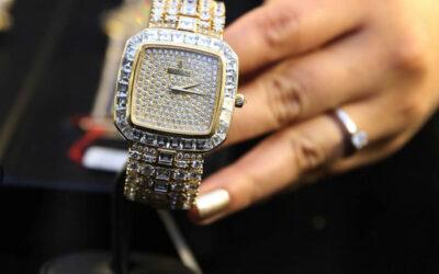 Un reloj de oro blanco de Vladimiro Montesinos, con incrustaciones de 625 diamantes, será subastado el 11 de junio por la Comisión Nacional de Bienes Incautados (Conabi), junto a un total de 70 joyas decomisadas al exasesor del régimen de Alberto Fujimori.
