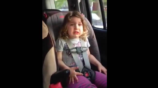"""YouTube muestra el llanto de una niña de tres años cuando se entera de que sus padres tendrán un cuarto hijo. La menor no acepta un hermano, pues ella quiere """"una hermana con quién jugar""""."""