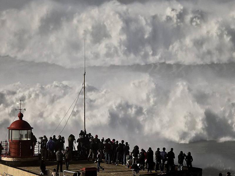 EL TEMPORAL EN LAS COSTAS PORTUGUESAS ATRAE A SURFISTAS