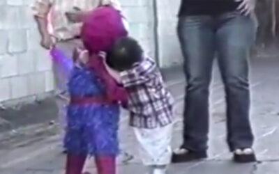 YouTube muestra a un niño que intenta romper la piñata con la figura de Spiderman, pero termina abrazándola y dando una lección de ternura a sus familiares e invitados.