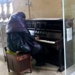 YouTube: vagabundo conmueve al tocar melodía de Beethoven