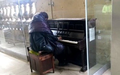 INGLATERRA.- Un vagabundo interpreta con el piano Para Elisa de Ludwing van Beethoven. Un ciudadano registró el hecho ocurrido en una estación de tren. Las imágenes rápidamente se volvieron virales en YouTube.