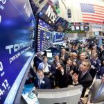 Wall Street en última jornada de la semana cierra en verde y el Dow Jones gana 0.42%