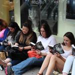 Mujeres durmieron a la intemperie por nueva 50 sombras de Grey