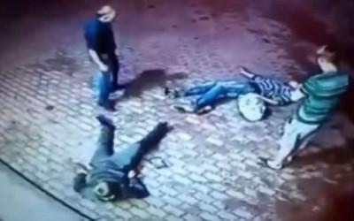 """YouTube muestra a un anciano que se agarra a golpes con dos jóvenes, a quienes termina dándoles una soberana paliza. El video compartido en YouTube se titula titulado """"Vamos a charlar. Dos hombres cargan contra un anciano en una tienda""""."""