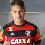 Paolo Guerrero posa con la camiseta del Flamengo