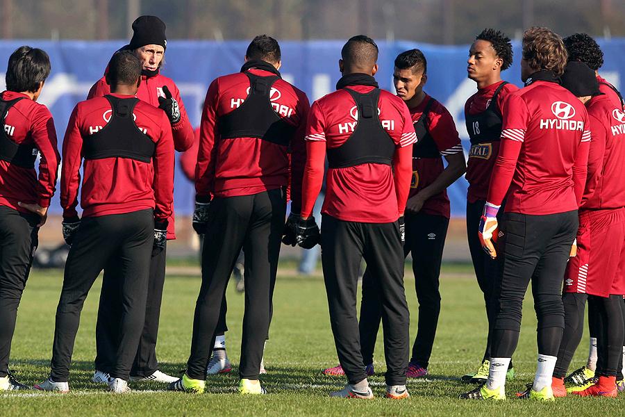 El director técnico de la selección Perú, Ricardo Gareca, habla a sus jugadores durante un entrenamiento esta tarde en Temuco.