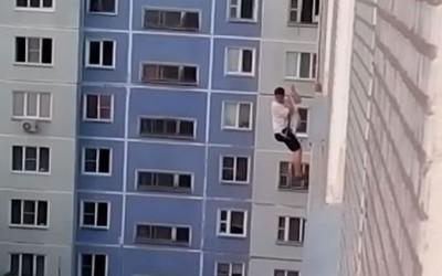 YouTube muestra a un joven ruso de la ciudad de Ozersk que intenta sorprender a su amiga bajando con una cuerda desde el techo de un edificio hasta el octavo piso, según muestra un video de la plataforma de Google.