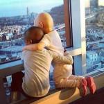 Facebook: abrazo de niñas con cáncer sacude internet