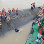 China: empiezan a voltear barco naufragado en río Yangtsé