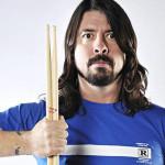 Dave Grohl se rompe una pierna al caer en concierto
