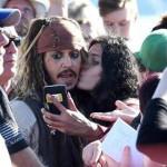 Johnny Depp se deja besar por una fanática para un selfie