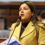 Karina Beteta recibe del JNE credenciales de congresista