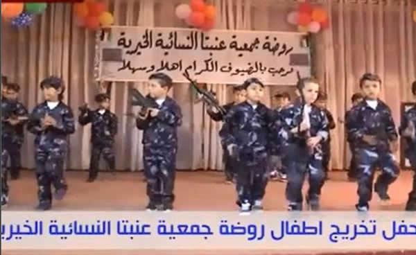 ESTADOS UNIDOS.- La prensa de este país denuncia que en un jardín de niños de Palestina un grupo de menores marcharon vestidos de soldados, llevando armas de juguete y haciendo llamados a la violencia contra los enemigos.