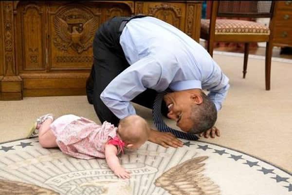 WASHINGTON.- Una foto del presidente de los Estados Unidos, Barack Obama, con una niña que estaba en el suelo del Despacho Oval de la Casa Blanca se ha vuelto viral.