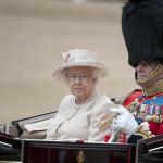 Reina Isabel II celebra sus 89 años con desfile militar